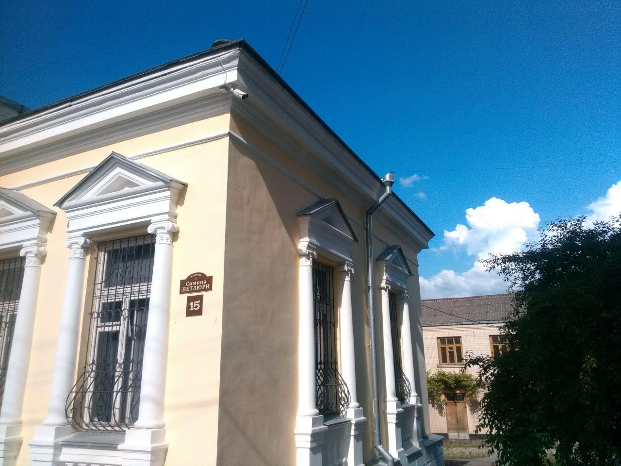 Камера на будинку, у якому травні-червні 1920-го року перебувала канцелярія Симона Петлюри, направлена на його пам'ятник, м. Вінниця